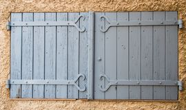 Типичное старое серое окно в Провансали Франции Стоковая Фотография