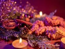 Типичное украшение рождества с печеньями и свечами стоковая фотография