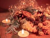 Типичное украшение рождества с печеньями и свечами стоковые изображения