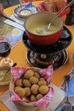 Типичное фондю швейцарского сыра Стоковые Фотографии RF