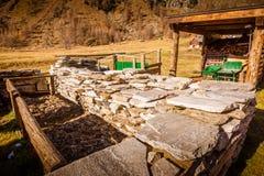 Типичное хранение конструкции камня крыши в красивом ландшафте горы стоковая фотография rf