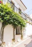типичные андалузские улицы и балконы с цветками в Marbell стоковая фотография