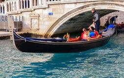 Типичные гондолы на грандиозном канале во время зимних дней Стоковое Фото