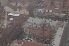 Типичные здания болонья в туманном дне Взгляд от узкого окна башни Asinelli Эмилия-Романья, Италия Стоковые Изображения