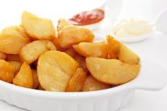 Типичные испанские bravas patatas, зажаренные картошки с горячим соусом Стоковая Фотография RF
