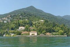 Типичные итальянские виллы увиденные от озера Como, Италии Стоковые Изображения RF