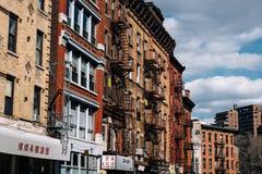 Типичные кирпичные здания Чайна-тауна с поют в более низком Манхэттене стоковое фото rf
