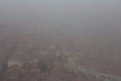 Типичные красные крыши болонья в туманном дне Взгляд от башни Asinelli Эмилия-Романья, Италия Стоковое Изображение RF