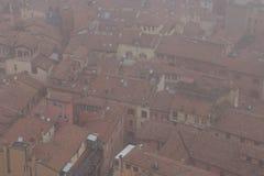 Типичные красные крыши болонья в туманном дне Взгляд от башни Asinelli Эмилия-Романья, Италия Стоковые Изображения