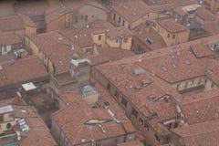 Типичные красные крыши болонья в туманном дне Взгляд от башни Asinelli Эмилия-Романья, Италия Стоковая Фотография