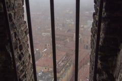 Типичные красные крыши болонья в туманном дне Взгляд от узкого окна башни Asinelli Эмилия-Романья, Италия Стоковое Изображение RF
