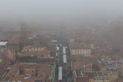 Типичные красные крыши болонья и рынка в туманном дне Взгляд от башни Asinelli Эмилия-Романья, Италия Стоковые Фото