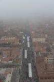 Типичные красные крыши болонья и рынка в туманном дне Взгляд от башни Asinelli Эмилия-Романья, Италия Стоковые Фотографии RF