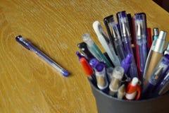 Типичные красочные утвари сочинительства в экономической обстановке с ручками шарика, highlighters и ручками Стоковое Изображение RF