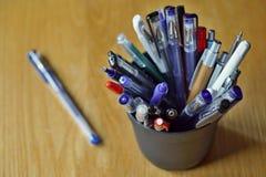 Типичные красочные утвари сочинительства в экономической обстановке с ручками шарика, highlighters и ручками Стоковое Фото