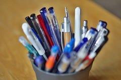 Типичные красочные утвари сочинительства в экономической обстановке с ручками шарика, highlighters и ручками Стоковая Фотография RF