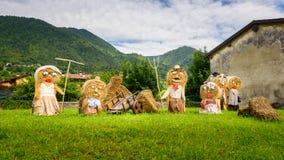 Типичные крестьянские куклы соломы семьи стоковые фото