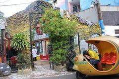 Типичные кубинськие кокосы ездят на такси в Гаване и стен-искусстве стоковое изображение