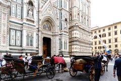 Типичные лошад-нарисованные экипажи на главном фасаде собора ` Duomo ` Флоренса вызвали ` Santa Maria del Fiore ` Стоковое Фото