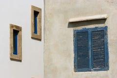 Типичные дома с голубыми окнами в Essaouira, Марокко стоковое фото rf