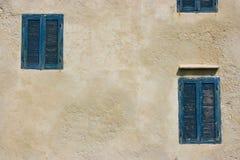 Типичные дома с голубыми окнами в Essaouira, Марокко стоковая фотография rf