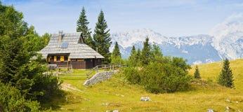 Типичные словенские деревянные дома в ` Velika Planina `, которое значит ` плато ` большое; один из самых важных словенских wi го стоковая фотография rf