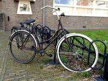 Типичные старые голландцы велосипед в стойке шкафа велосипеда или велосипеда Стоковое Фото