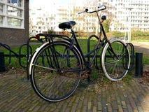 Типичные старые голландцы велосипед в стойке шкафа велосипеда или велосипеда Стоковая Фотография RF