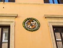 Типичные таунхаусы с Heraldic Roundles прикрепленные в Риме Италии Стоковые Изображения