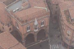 Типичные улица и здания болонья в тумане Взгляд от узкого окна башни Asinelli Эмилия-Романья, Италия Стоковое Изображение RF
