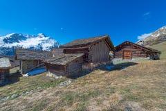 Типичные швейцарские деревянные кабины в высокой горе pastures Стоковая Фотография RF