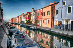 Типичные ярко покрашенные дома Burano, лагуны Венеции, Италии Стоковое фото RF