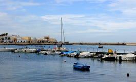 Типичные rowboats рыбной ловли вызвали gozzo в меньшем порте Стоковое фото RF