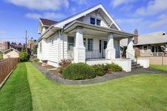 Типичный американский дом стиля мастера с крылечком столбца Стоковые Фотографии RF