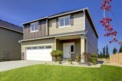 Типичный американский северо-западный экстерьер дома новой разработки стиля Стоковые Фотографии RF