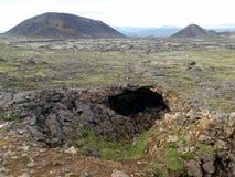 Типичный ландшафт в Исландии с пещерой Стоковая Фотография