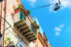 Типичный балкон дома в городке Сицилии Monreale стоковое фото rf