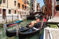 Типичный взгляд гондол и шлюпок на канале Венеции лето дня солнечное Стоковая Фотография