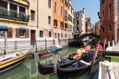 Типичный взгляд гондол и шлюпок на канале Венеции лето дня солнечное Стоковое Изображение