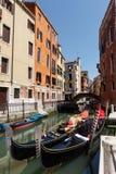 Типичный взгляд гондол и шлюпок на канале Венеции лето дня солнечное Стоковые Фотографии RF