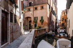 Типичный взгляд гондол и шлюпок на канале Венеции лето дня солнечное Стоковые Изображения