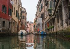 Типичный взгляд узкой стороны канала, Венеция, Италия Сообщение в городе сделано водой, которая создает a Стоковое Изображение RF