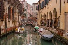 Типичный взгляд узкой стороны канала, Венеция, Италия Сообщение в городе сделано водой, которая создает a Стоковая Фотография