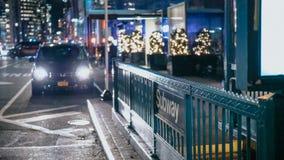 Типичный взгляд улицы в Нью-Йорке к ночь стоковое фото rf