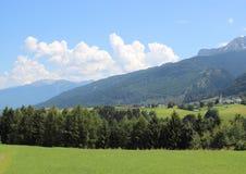 Типичный взгляд над Альпами с малым селом Стоковая Фотография RF