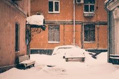 Типичный двор Москвы в сильном снегопаде Стоковое Фото