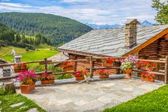 Типичный дом и ландшафт Аосты ` Val d, Италии стоковые изображения rf