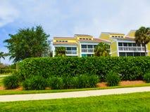 Типичный дом Флориды в сельской местности с пальмами, тропическими заводами и цветками Стоковое Изображение