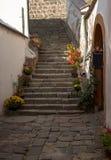 Типичный европейский переулок в Szentendre - красивых лестницах в узкие улицы, Венгрия Стоковое Изображение RF