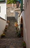 Типичный европейский переулок в Szentendre - красивых лестницах в узкие улицы, Венгрия Стоковые Фото